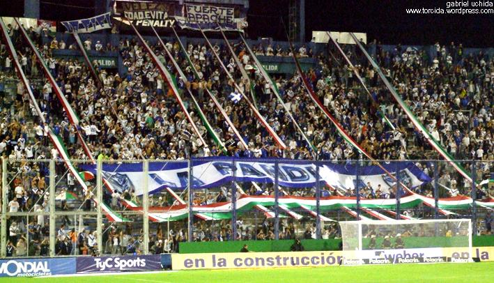 A torcida do Vélez Sarsfield, no José Amalfitani na foto do grande Gabriel Uchida. Note como a arquibancada é inclinada chegando próxima ao gol como na Arena Barueri.